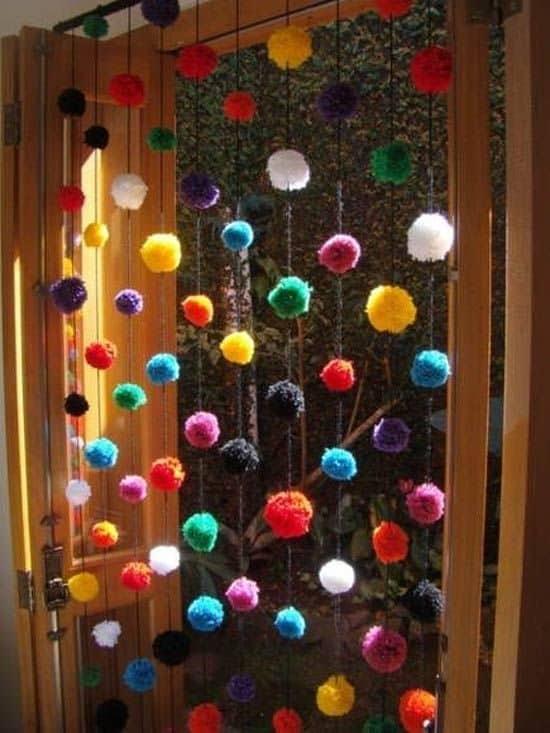 cortina de pompons de lã coloridos