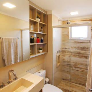banheiro pequeno e neutro com decoração na cor creme