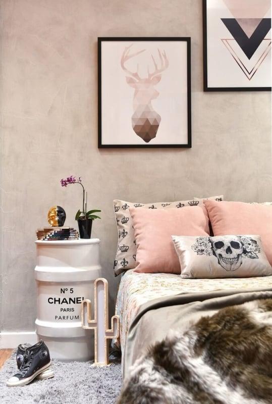 quadros geométricos decorando o quarto