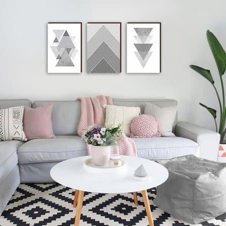 sala com quadros abstratos