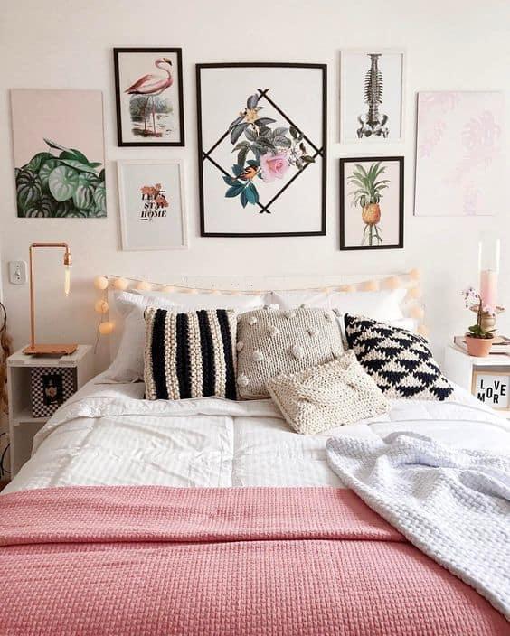 quarto tumblr com parede de quadros de plantas