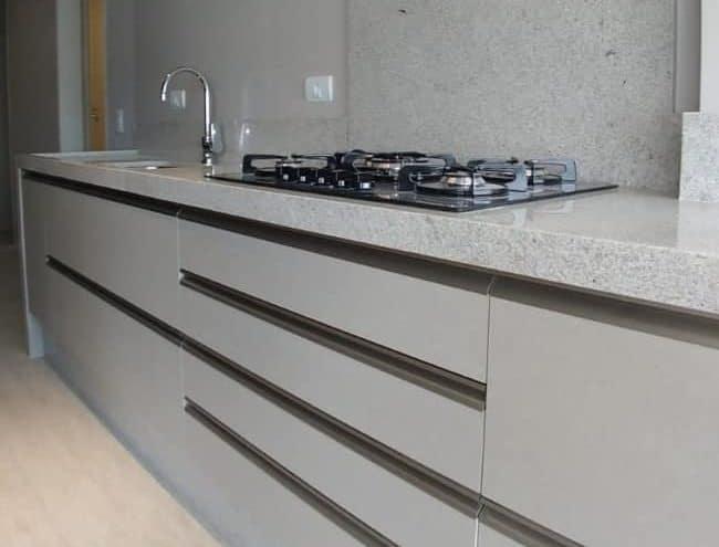 cozinha com bancada da pia em granito branco siena