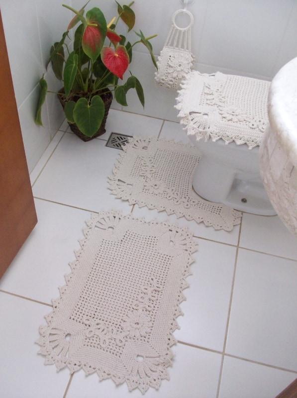 banheiro com tapete retangular de barbante