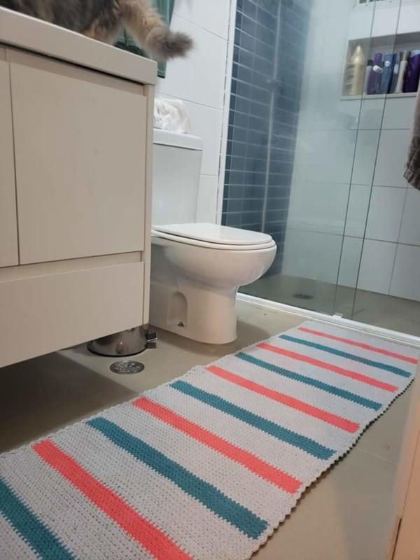 tapete retangular de listras em crochê para banheiro