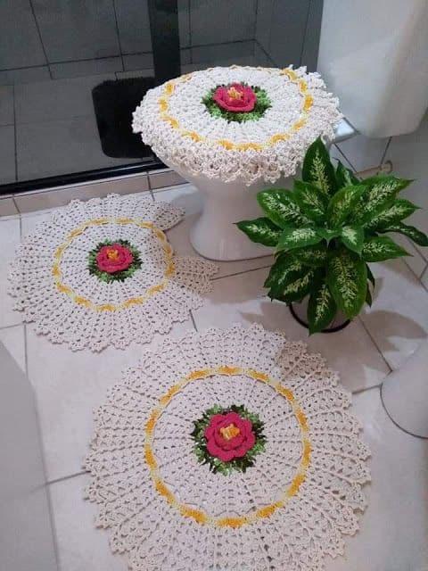 tapete de banheiro redondo de crochê com flor