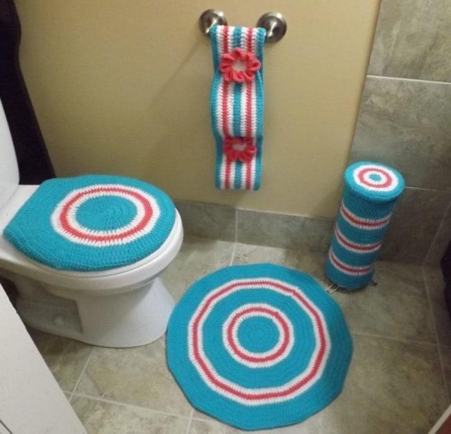 conjunto de banheiro com tapete redondo de crochê