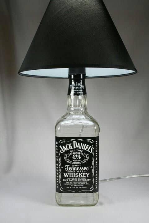 abajur com garrafa de whisky