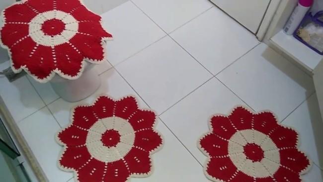 banheiro com tapete redondo vermelho