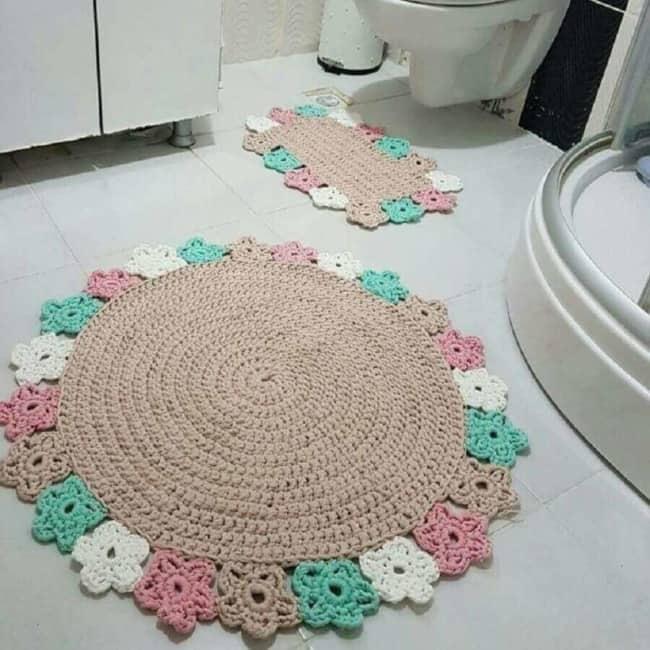 banheiro com tapete redondo de crochê