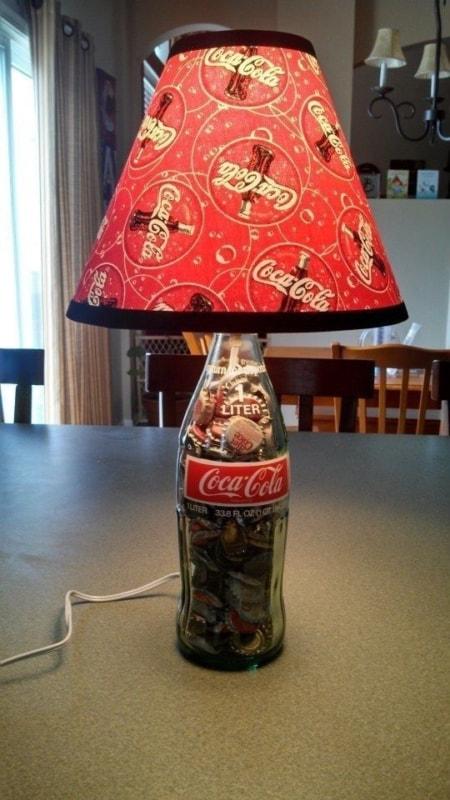 abajur com garrafa de vidro da Coca Cola