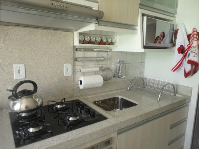 cozinha com bancada de granito branco itaunas