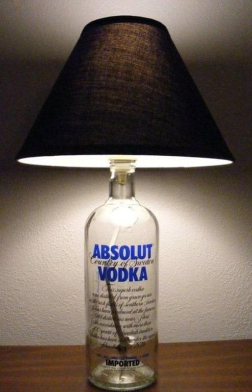 abajur com garrafa de bebida