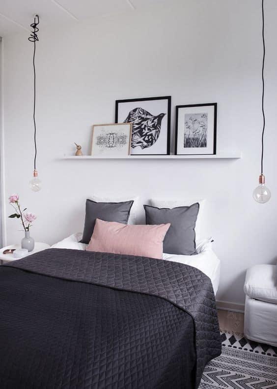 quarto com prateleira de quadros tumblr em preto e branco
