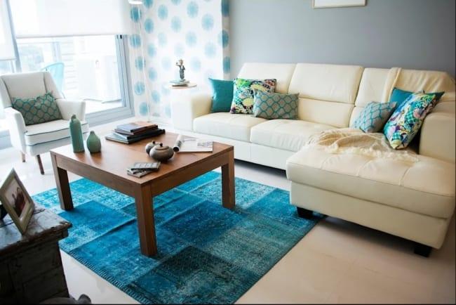sala com sofá cor creme e tapete azul