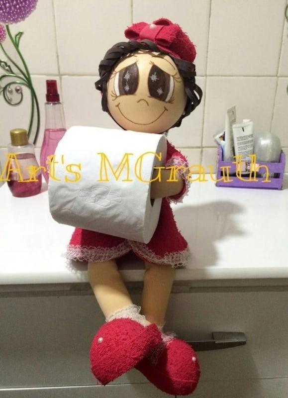 Boneca porta papel higiênico de EVA com roupa vermelha e sapatinho3