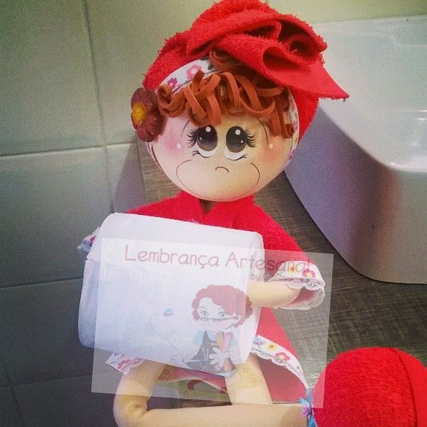 Boneca porta papel higiênico de EVA com roupa vermelha8