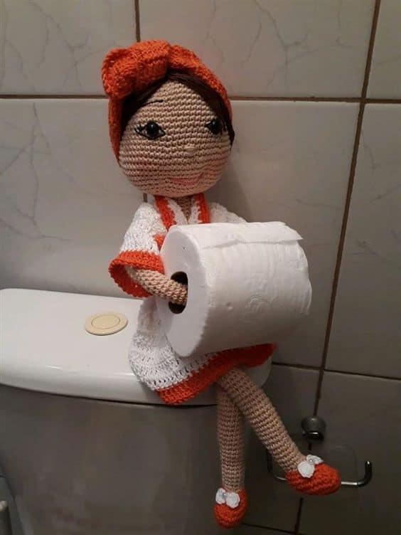 Boneca porta papel higiênico de crochê com roupa vermelha e branca19