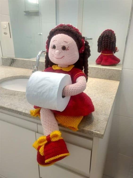 Boneca porta papel higiênico de crochê com vestido vermelho17