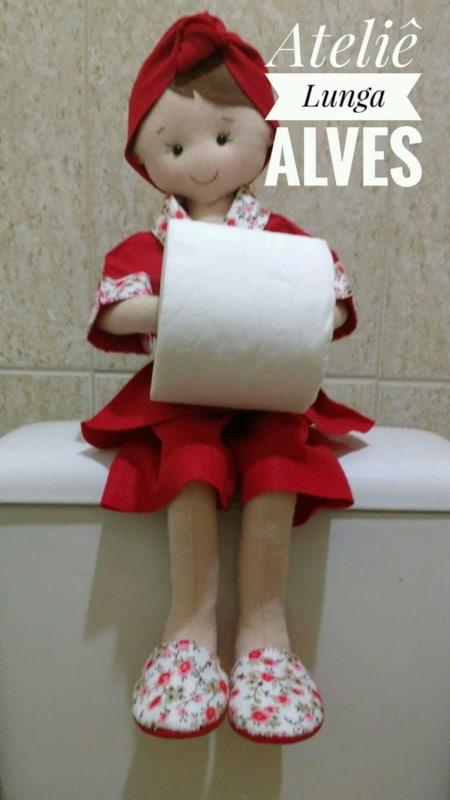 Boneca porta papel higiênico de feltro com roupa vermelha10