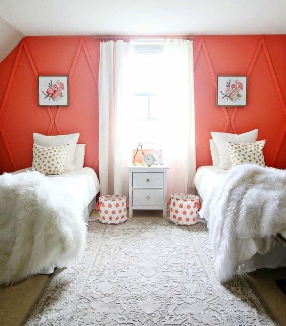 Cor coral combinando com cores claras para o quarto