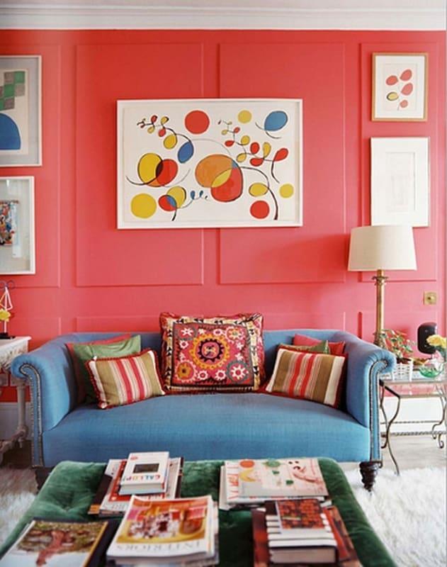 Cor coral em sala com decoração colorida