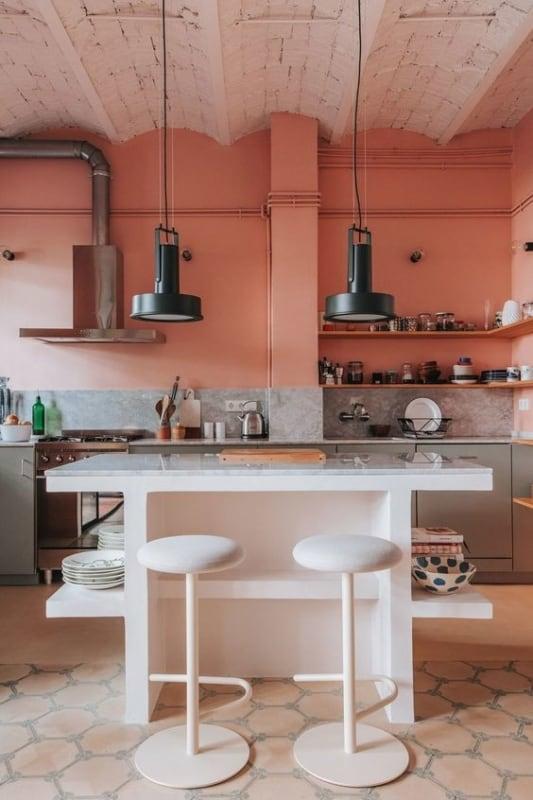 Cor coral na cozinha com tons claros
