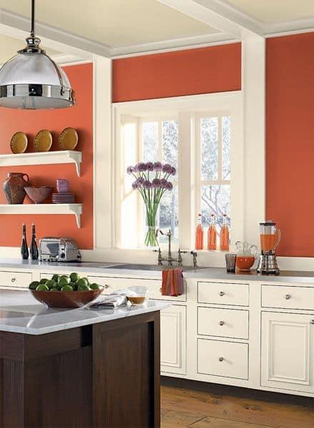 Cor coral na cozinha combinando com branco e amadeirado