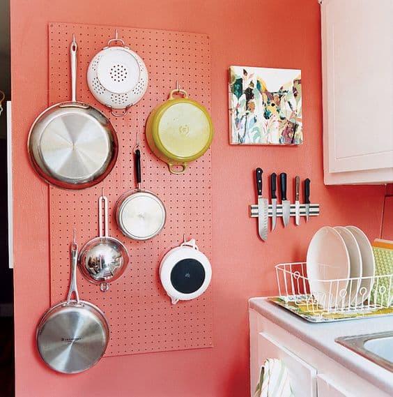 Cor coral na cozinha combinando com branco