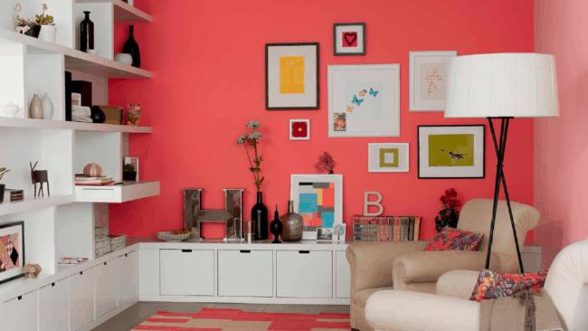Cor coral na parede combinada com móveis claros