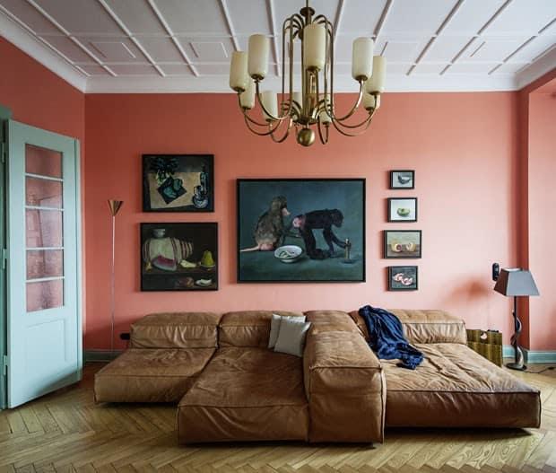 Cor coral na sala com sofa marrom