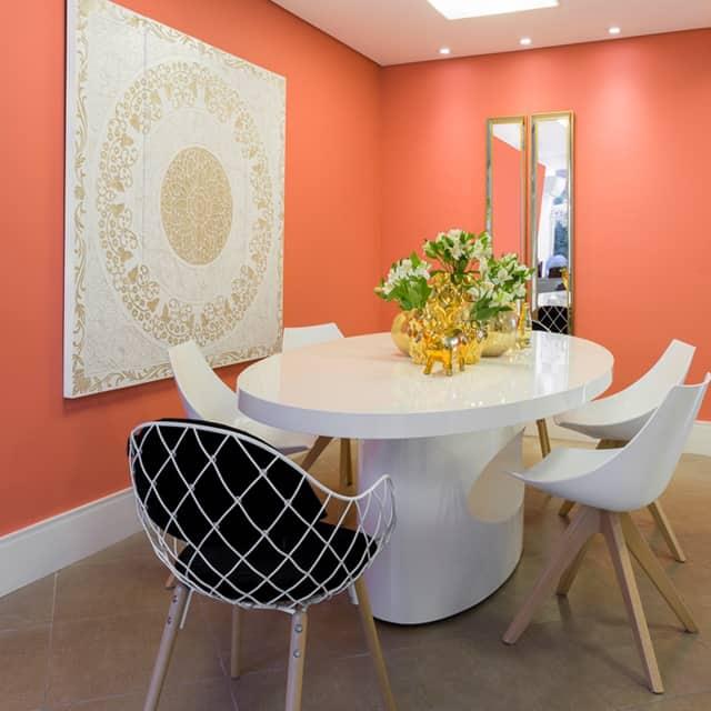 Cor coral na sala de jantar com móveis claros