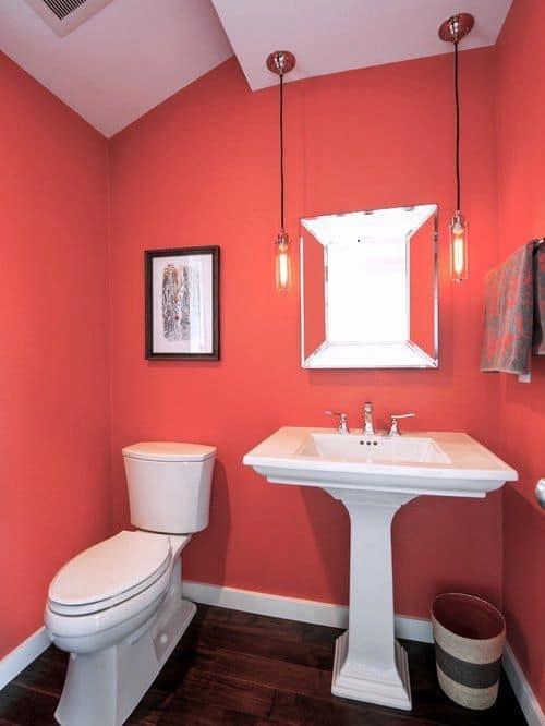 Cor coral no banheiro com louças brancas