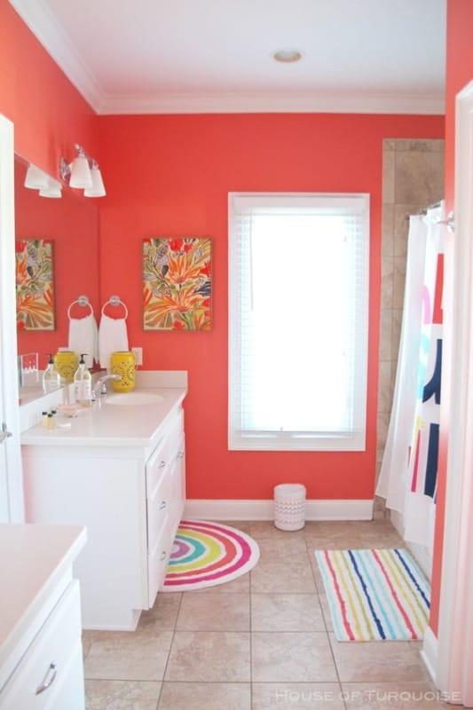 Cor coral no banheiro com móveis claros