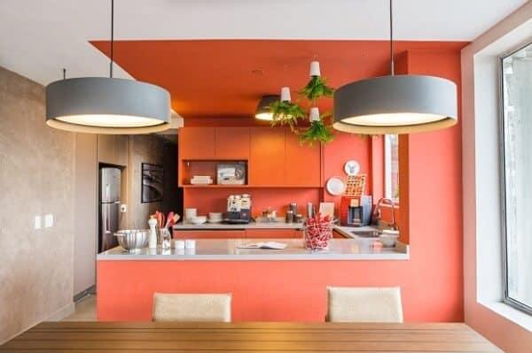 Coral na cozinha americana e tons claros