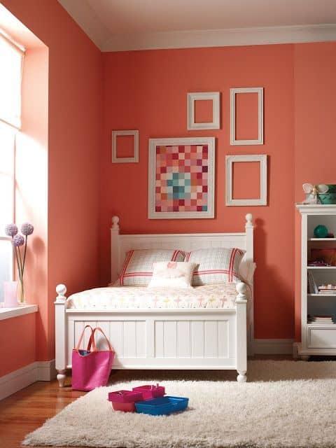 Decoração com coral e cores claras para o quarto
