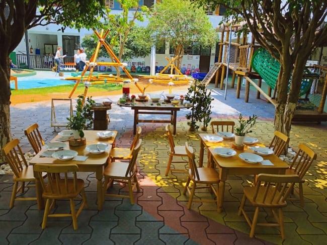 Lado externo de restaurante com mesas