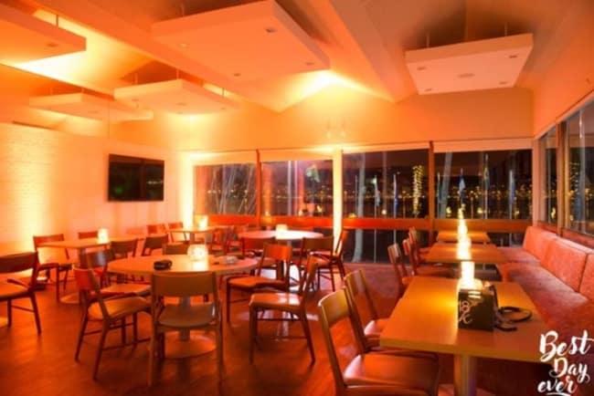 Mesas e cadeiras para restaurante com a luz baixa