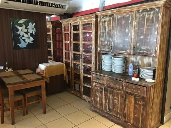 Restaurante simples com mesa rústica