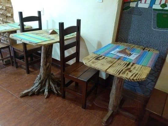 Mesas com troncos de árvores