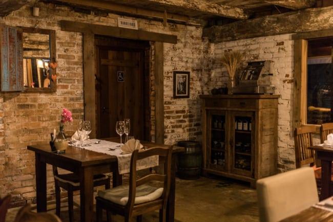 Mesas e cadeiras para restaurante com decoração rústica e antiga