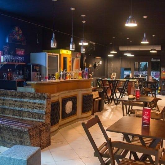 Panorama de mesas e cadeiras para restaurante