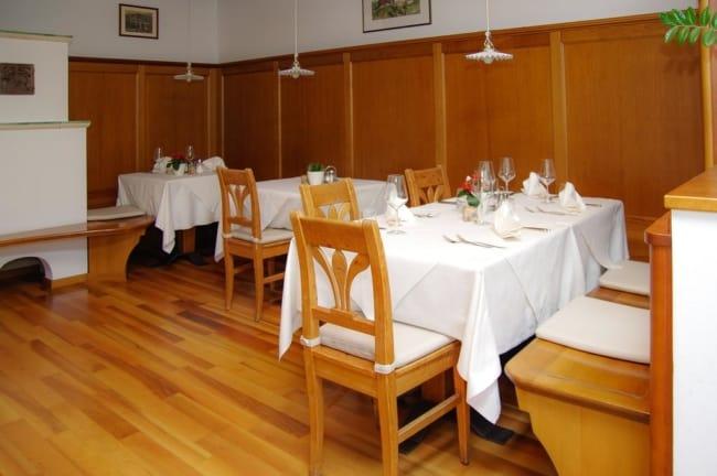 Restaurante clássico com cadeiras de madeira