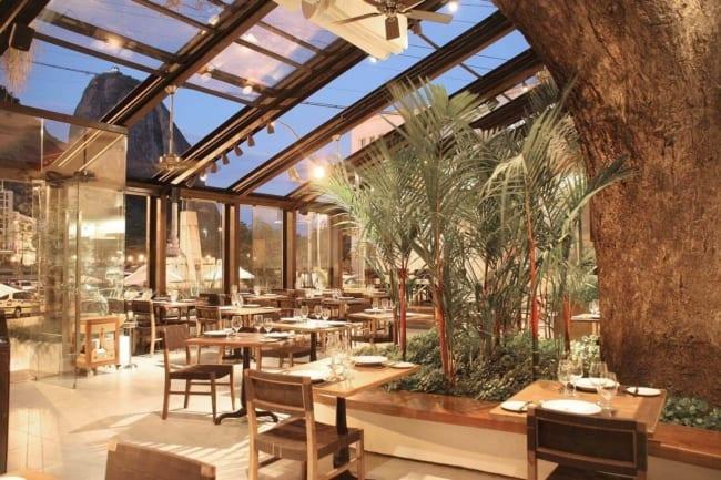 Restaurante com cadeiras rústicas