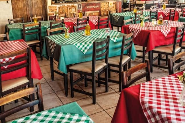 Restaurante italiano com cadeiras estofadas
