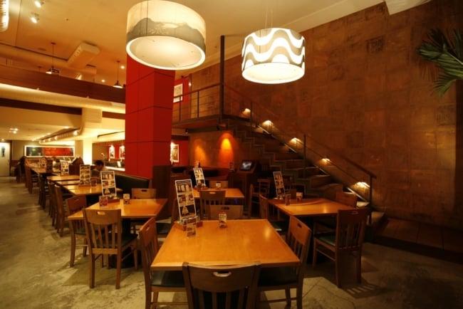 Luz baixa em restaurante