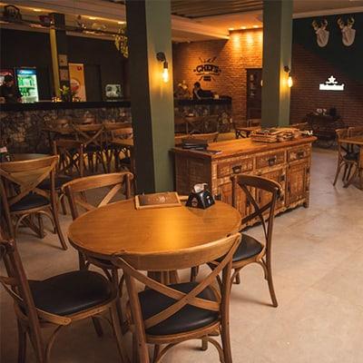 Restaurantes rústicos também podem ter cadeiras estofadas