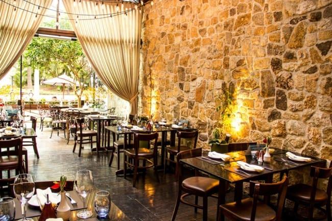 Restaurante com parede de pedras