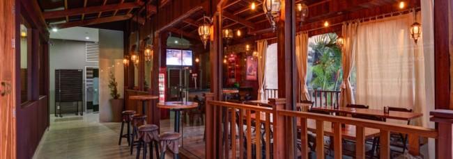 Mezanino de restaurante com decoração rustica