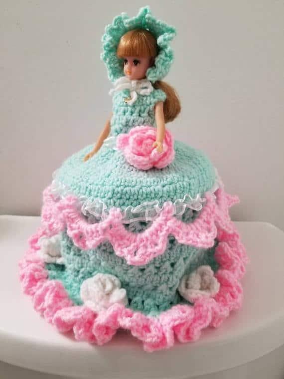 Porta papel higiênico com Barbie em vestido azul e rosa24