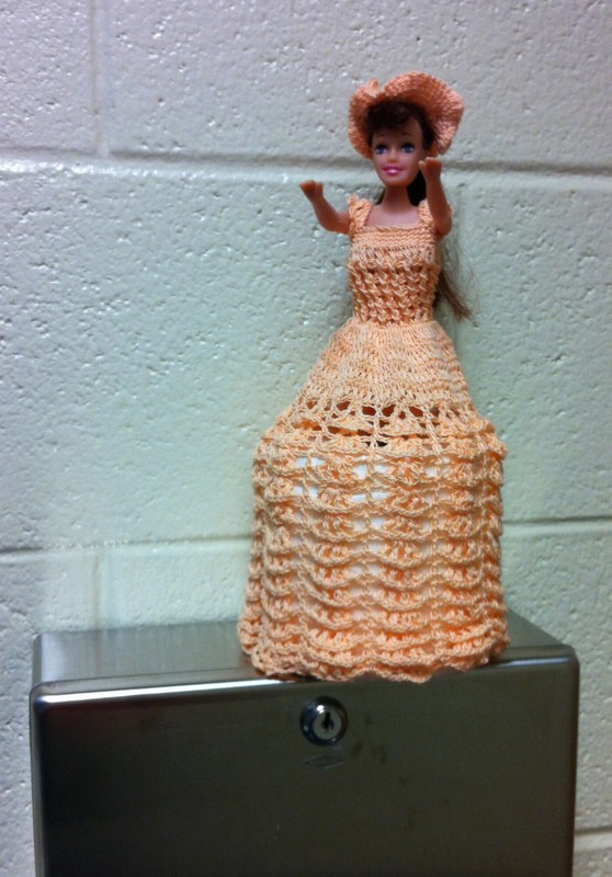 Porta papel higiênico com Barbie em vestido laranja30